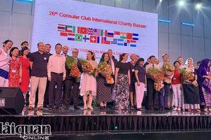 Mua sắm sản vật 5 châu tại Hội chợ từ thiện quốc tế
