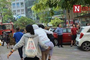 Hà Nội: Cháy lớn tại tầng 10 chung cư, người dân hoảng loạn thoát thân