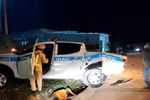 Kon Tum: Xe tải húc văng xe Cảnh sát giao thông