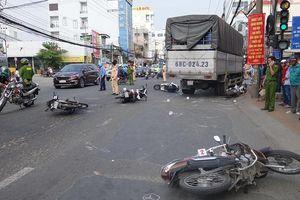 Xe tải 'lùa' hàng loạt xe máy đang dừng đèn đỏ, 4 người bị thương