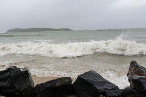 Gió giật dữ dội, sóng biển ở Phú Yên cao 6-8 m