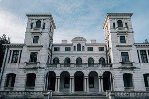 Những căn biệt thự sang trọng hàng triệu USD bị bỏ hoang