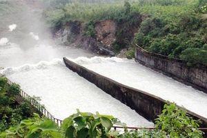 Bão số 6 áp sát đất liền: Hàng chục hồ chứa đang phải xả tràn phòng chống lũ