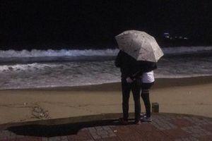 Hồi hộp trước cảnh nhiều người ra biển Nha Trang để... chờ bão số 6