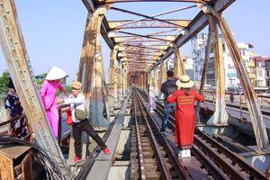 Bất chấp nguy hiểm, du khách vượt rào vào 'check-in' đường ray cầu Long Biên