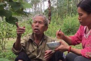 Cảm động hình ảnh người phụ nữ bón cơm cho cụ già đi lạc trên núi và tìm người thân giúp