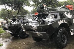 Quân đội huy động xe bọc thép hỗ trợ dân ứng phó với bão số 6
