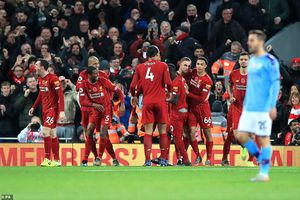 Hạ Man City đầy tranh cãi, Liverpool độc chiếm ngôi đầu