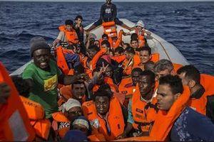 Chuyến tàu chở người di cư bị bắt giữ tại eo biển Manche