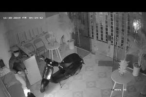 Trộm đột nhập công ty khoắng tài sản, dùng điện thoại nạn nhân để lừa đảo
