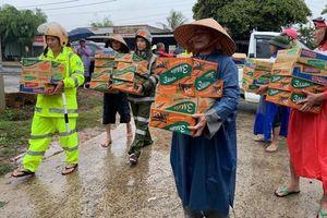 Đắk Lắk: Công an dầm mình trong mưa cứu trợ cho dân