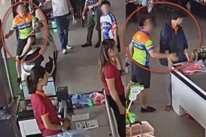 Clip: Con trai mua hàng chưa trả tiền, bố ném xúc xích vào mặt rồi lao đến tát nhân viên ở Thái Nguyên