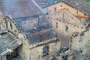 Phóng hỏa đốt trụi căn nhà sàn của hàng xóm vì nghi bị bỏ bùa ngải