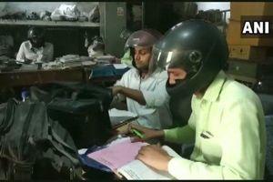 Chuyện lạ tại Ấn Độ: Đồng loạt đội mũ bảo hiểm đi làm