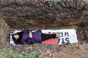 Trải nghiệm chui xuống mộ nằm 'tịnh tâm' khi căng thẳng