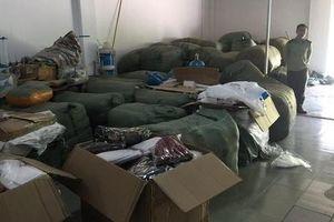 Chủ 4 tấn quần áo Trung Quốc gắn nhãn NEM, IFU ngất xỉu khi bị niêm phong