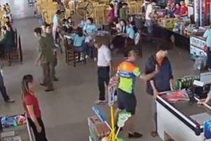 Clip Thượng úy Công an ném đồ, tát nhân viên siêu thị vì con trai mua xúc xích nhưng chưa trả tiền