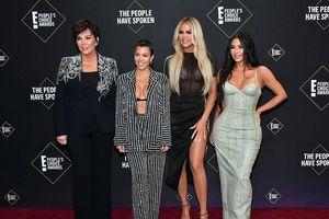 Kim Kardashian nóng bỏng với đầm hai dây họa tiết da rắn tại sự kiện