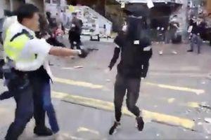 Cảnh sát bắn vào ngực người biểu tình Hong Kong
