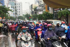 TP.HCM mưa lớn kéo dài, vạn người nhích từng bước trên phố ngày đầu tuần