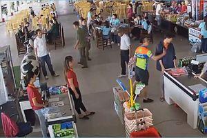 Đình chỉ thượng úy công an ném xúc xích, tát nhân viên bán hàng ở Thái Nguyên