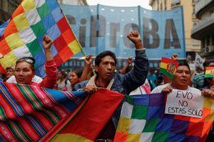 Tổng thống 14 năm của Bolivia ra đi, khoảng trống kế vị còn lại