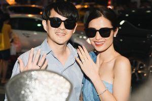 Hậu đám cưới hoành tráng, vợ chồng son Đông Nhi - Ông Cao Thắng rạng rỡ khoe nhẫn cưới tại sân bay