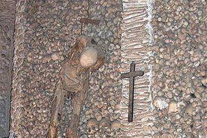 Clip: 'Rùng mình' trước những ngôi mộ bí ẩn nhất thế giới được bao quanh bởi...sọ người