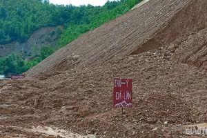 Mưa lũ sau bão số 6: Hàng nghìn khối đất đá vùi lấp các tuyến quốc lộ