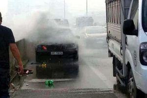 Hà Nội: Xe Mercedes bất ngờ bốc cháy tại đường trên cao vành đai 3