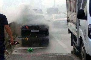 Hà Nội: Đang lưu thông, ô tô Mercedes bất ngờ bốc cháy trên đường Vành đai 3