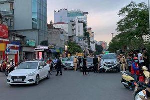 Hà Nội: Gây tai nạn rồi bỏ chạy, tài xế 'thông chốt' bất thành liền cố thủ trong xe