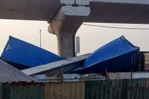 Hiện trường dầm cầu vượt đè bẹp container ở TP.HCM
