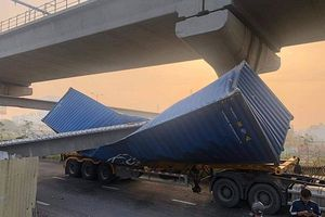Xe container va sập dầm cầu vượt