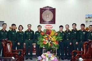 Báo Quân đội nhân dân thăm, chúc mừng các trường Quân đội nhân dịp 20-11