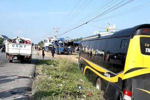 Xe khách ủi bay hàng loạt xe máy đang dừng bên lề đường