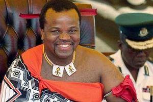 Cuộc sống xa hoa của Quốc vương Swaziland: 'Đốt' hàng trăm tỷ mua siêu xe tặng 14 bà vợ