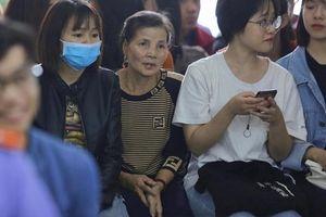 Xét xử Khá 'Bảnh': Người mẹ có mặt từ sớm chờ con, khuôn mặt đầy lo lắng