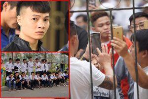 Hàng trăm người trèo rào livestream, học sinh nghi 'trốn học, đội mưa' theo dõi xét xử Khá Bảnh