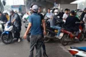 Hà Nội: Chồng vác dao truy sát, chém vợ nguy kịch giữa trưa