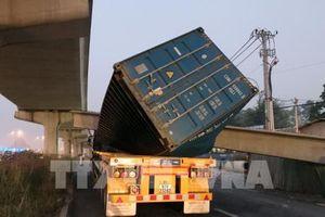 Xe container kéo sập dầm bê-tông cầu bộ hành đang thi công