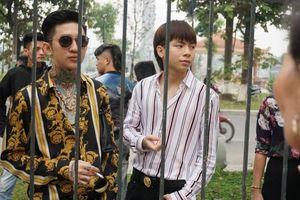 Hoàng Tử Gió và em trai Khá 'Bảnh' cùng hàng trăm người đến tòa theo dõi phiên xét xử