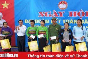 Đồng chí Lại Thế Nguyên, Trưởng Ban Tổ chức Tỉnh ủy dự ngày hội đại đoàn kết toàn dân tại làng Vìn Cọn