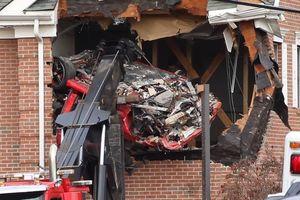 Tai nạn khủng khiếp: Porsche bay lên không trung lao vào tầng 2 tòa nhà