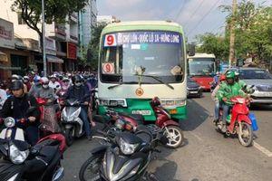 Xe buýt 'lùa' hàng loạt xe máy chờ đèn đỏ, 10 người bị thương