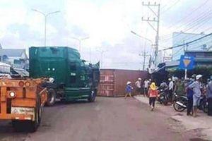 Người đi đường bất an khi container liên tiếp 'bay' xuống đường
