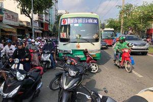Xe buýt lùa 8 xe máy đang dừng đèn đỏ ở Sài Gòn