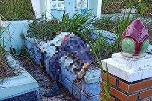 Thi thể đã phân hủy nằm trên ngôi mộ