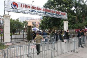 Thương binh xếp hàng dài chờ nhiều giờ liền đăng ký mua vé trận Việt Nam - UAE