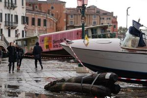 Venice ngập nặng kỷ lục 50 năm, tàu thuyền 'leo lên' vỉa hè
